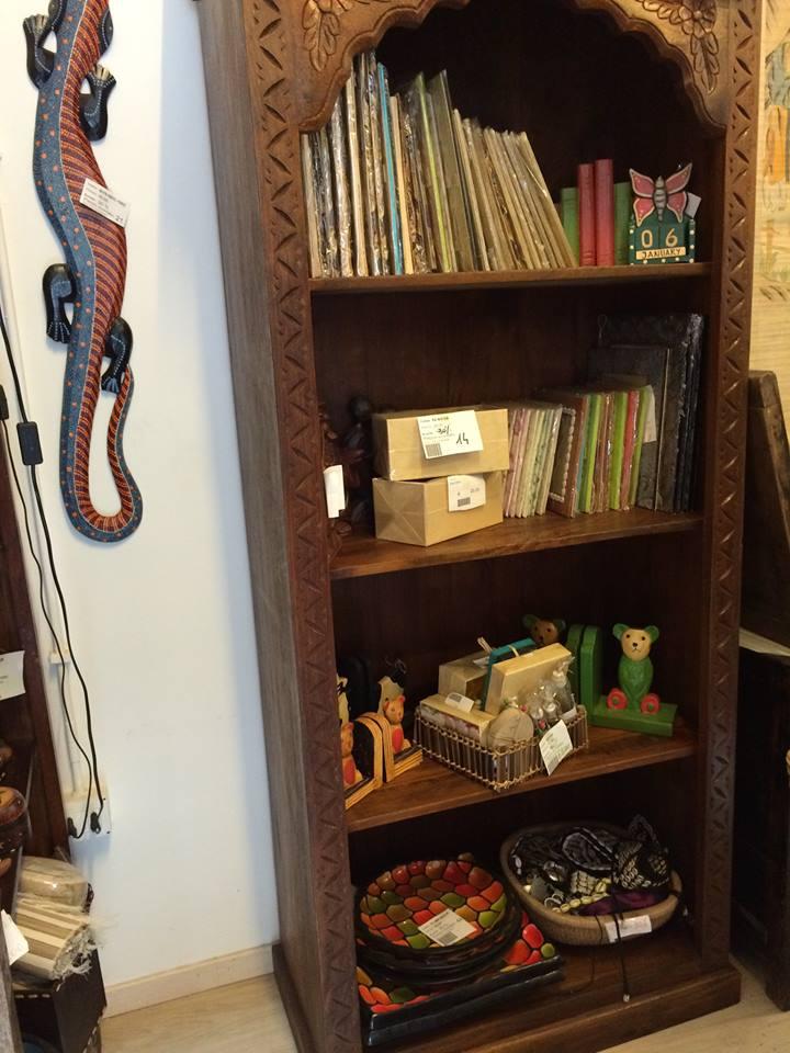 Librerie in legno per arredare salotti con lo stile etnico for Arredamento stile orientale